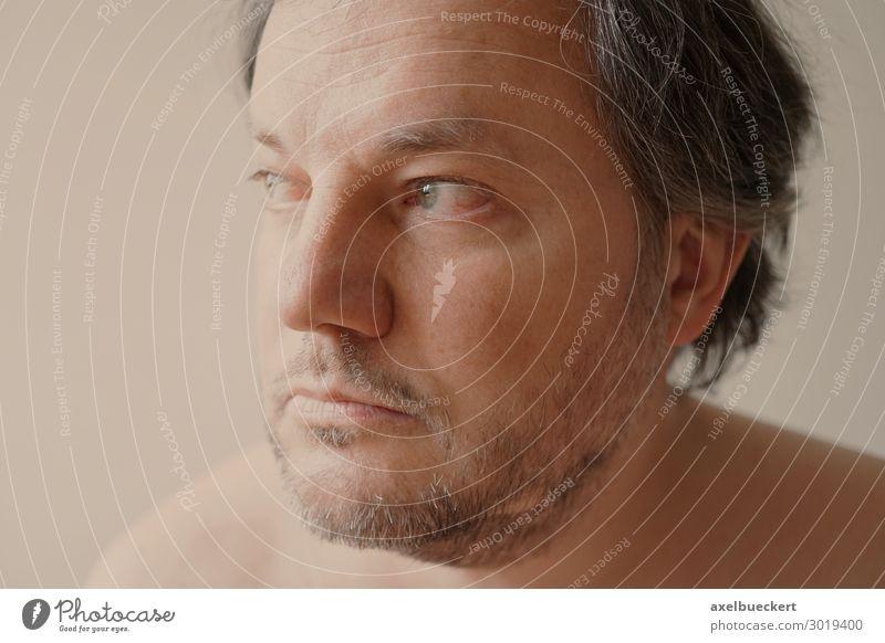 nachdenklicher Mann mittleren Alters Mensch Einsamkeit Gesicht Erwachsene Traurigkeit Gefühle Denken maskulin 45-60 Jahre authentisch Zukunftsangst Bart