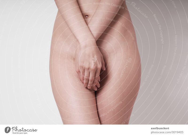 nackte Frau verdeckt ihre Scham mit den Händen Sexualität Frauenheilkunde Gynäkologie Körper Weibliches Genitalsystem Gesundheit Gesundheitswesen Krankheit