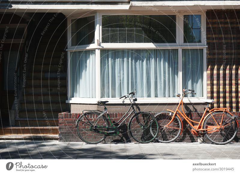 zwei Fahrräder lehnen an Hauswand Menschenleer Gebäude Architektur Mauer Wand Fassade Fenster Verkehrsmittel Fahrradfahren Klischee Niederlande Europa typisch