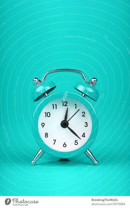 Nahaufnahme eines blauen blauen Weckers über türkisfarbenem Hintergrund Uhr Metall schlafen frisch retro grün Farbe Tradition blaugrün Minze Klingel Zwilling