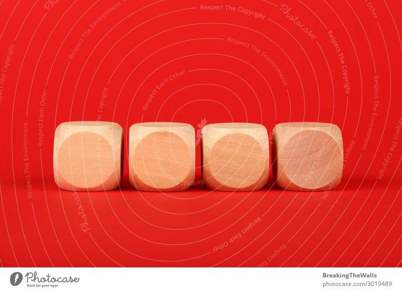 Leere Holzwürfelschilder über rotem Hintergrund Papier Spielzeug Farbe Wort Klotz tiefstehend Winkel Aussicht farbenfroh Entwurf Text Problem Problematik