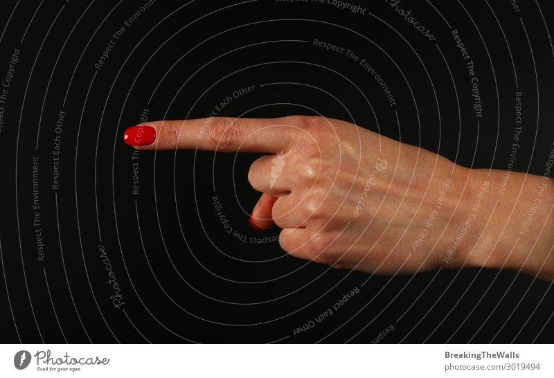 Frauenhand mit Zeigefinger über Schwarz zeigend Mensch feminin Junge Frau Jugendliche Erwachsene Hand Finger 1 berühren Aggression rot schwarz weiß selbstbewußt
