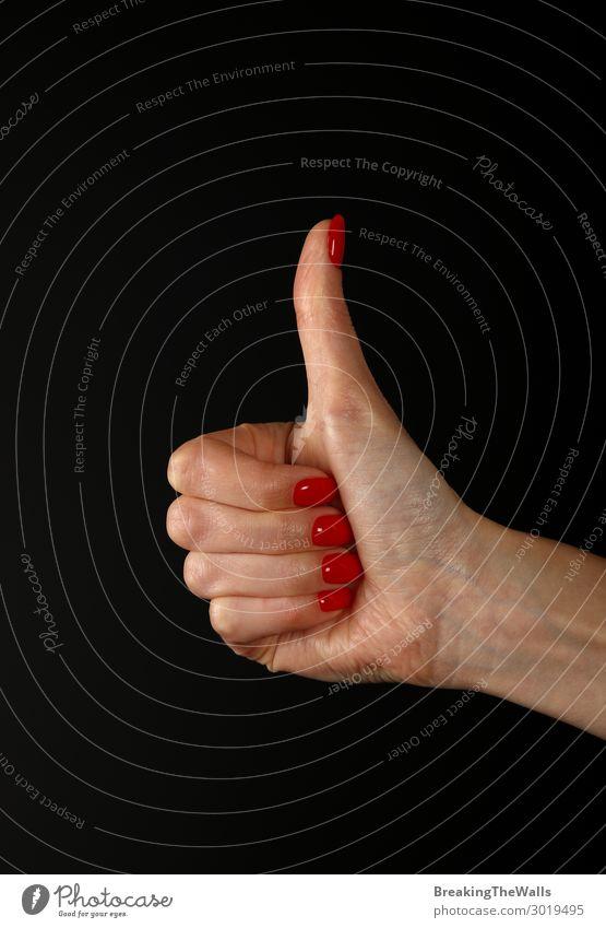 Frauenhand mit OK wie Geste über Schwarz Mensch feminin Junge Frau Jugendliche Erwachsene Hand Finger 1 genießen gut rot schwarz Akzeptanz Einigkeit Daumen