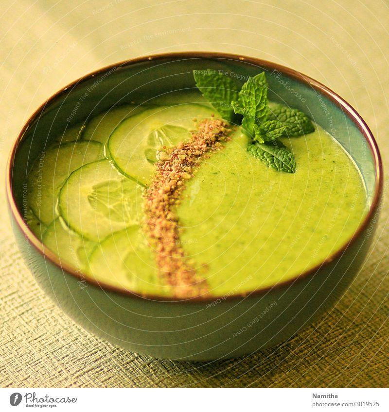 grün Gesundheit Lebensmittel Essen Ernährung frisch lecker Gemüse Bioprodukte Vegetarische Ernährung Diät Schalen & Schüsseln Mittagessen Gurke Suppe Eintopf