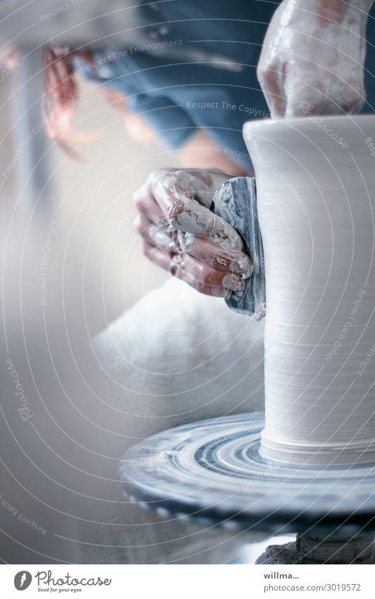 hände arbeiten mit ton in einer töpferei |tonübertragung Hand Finger Töpfer Ton Töpfern Arbeit & Erwerbstätigkeit gestalten Kreativität Tongefäß Töpferscheibe