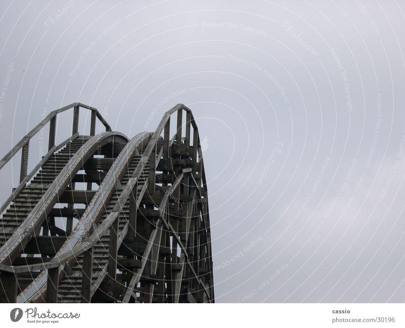 Up. Himmel Holz Stahl Barriere Baugerüst Achterbahn Vergnügungspark Soltau