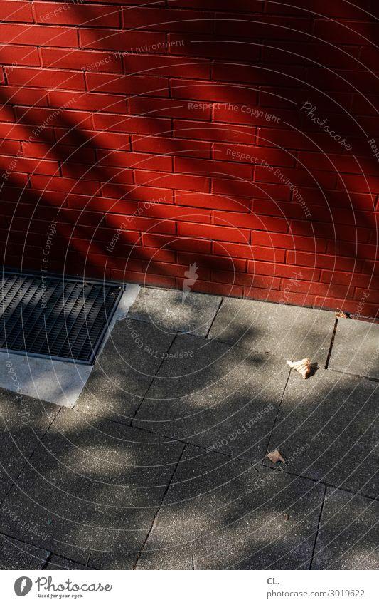 rote wand Schönes Wetter Mauer Wand Verkehrswege Wege & Pfade Gitterrost Boden Bodenplatten grau Farbfoto Außenaufnahme Menschenleer Textfreiraum oben