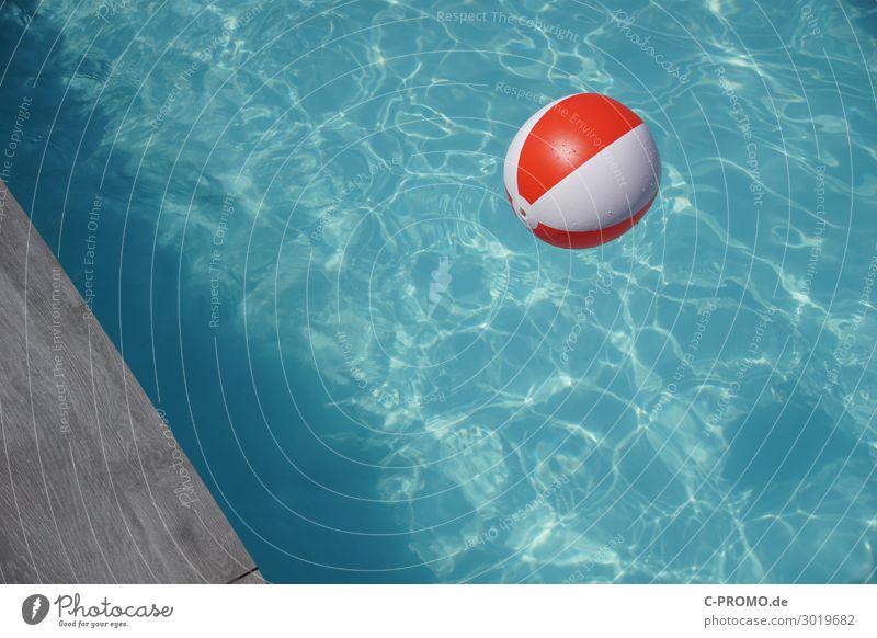 Ball im Pool Ferien & Urlaub & Reisen Sommer blau Wasser rot Freude Tourismus Schwimmen & Baden grau Freizeit & Hobby nass Wellness Sommerurlaub Schwimmbad
