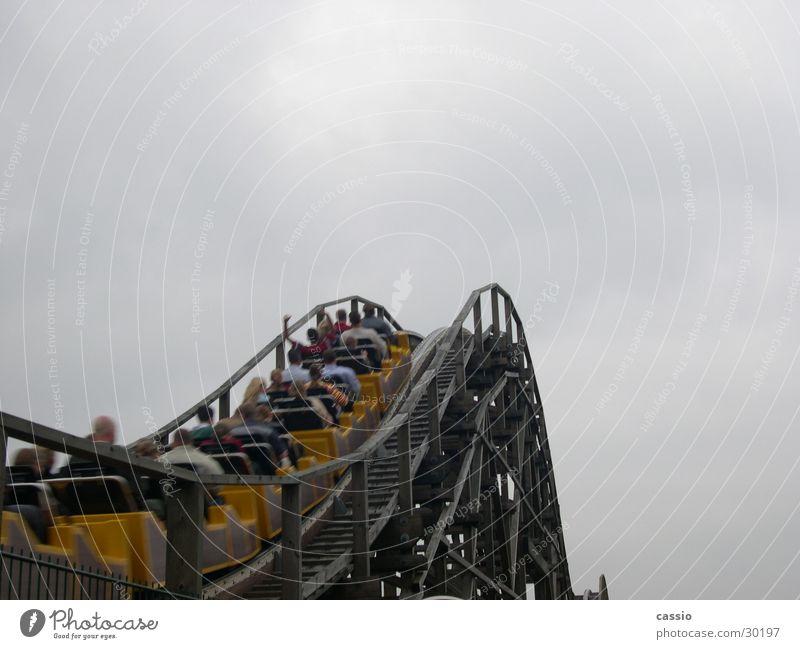 Ride up. Achterbahn Vergnügungspark Soltau fahren Heidepark Himmel Mensch aufwärts Vor hellem Hintergrund Textfreiraum oben Wolkenhimmel Wolkendecke himmelwärts