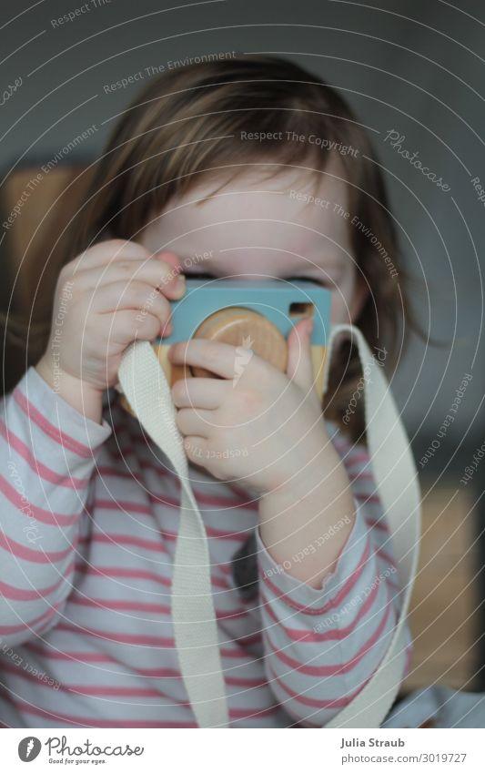 Foto Spielzeug Mädchen feminin Kind Kleinkind 1 Mensch 1-3 Jahre gestreift brünett kurzhaarig Pony Bewegung entdecken Spielen Fotografie Fotokamera