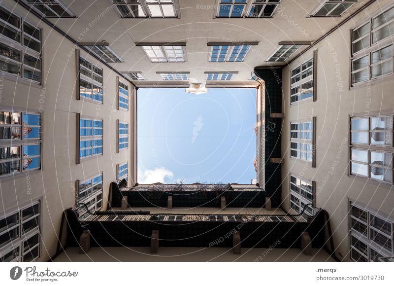 Hier unten Himmel Schönes Wetter Gebäude Architektur Fassade Fenster Innenhof Häusliches Leben hoch Ordnung Perspektive Immobilienmarkt aufstrebend oben