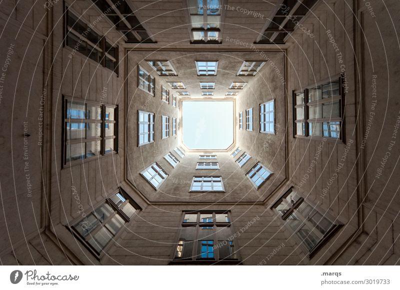 Hochhaus Wolkenloser Himmel Haus Gebäude Architektur Fassade Fenster Innenhof Häusliches Leben außergewöhnlich hoch Ordnung Perspektive Altbau Fluchtpunkt oben