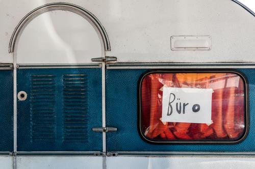 Büro (provisorisch) Ferien & Urlaub & Reisen Tourismus Wohnwagen Schilder & Markierungen Schriftzeichen außergewöhnlich skurril Problemlösung Selbstständigkeit