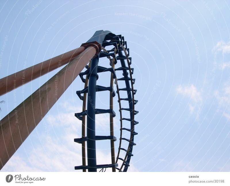 Loop. Achterbahn Vergnügungspark Stahl Stab Stahlachterbahn Baugerüst Six Flags Himmel