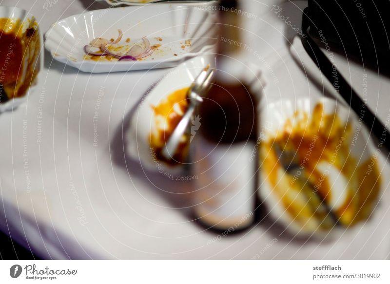 Currywurst und Bier Lebensmittel Wurstwaren Abendessen Festessen Fastfood Getränk Alkohol Teller Schalen & Schüsseln Gabel Nachtleben Party Restaurant Essen