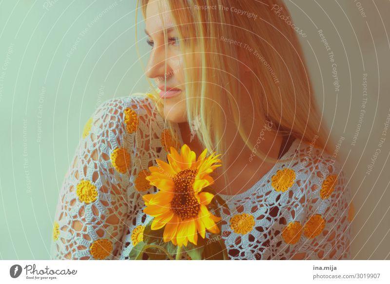 _ Mensch feminin Junge Frau Jugendliche Erwachsene Leben 1 Sommer Haare & Frisuren blond langhaarig Duft natürlich Sonnenblume schön gelb Farbfoto