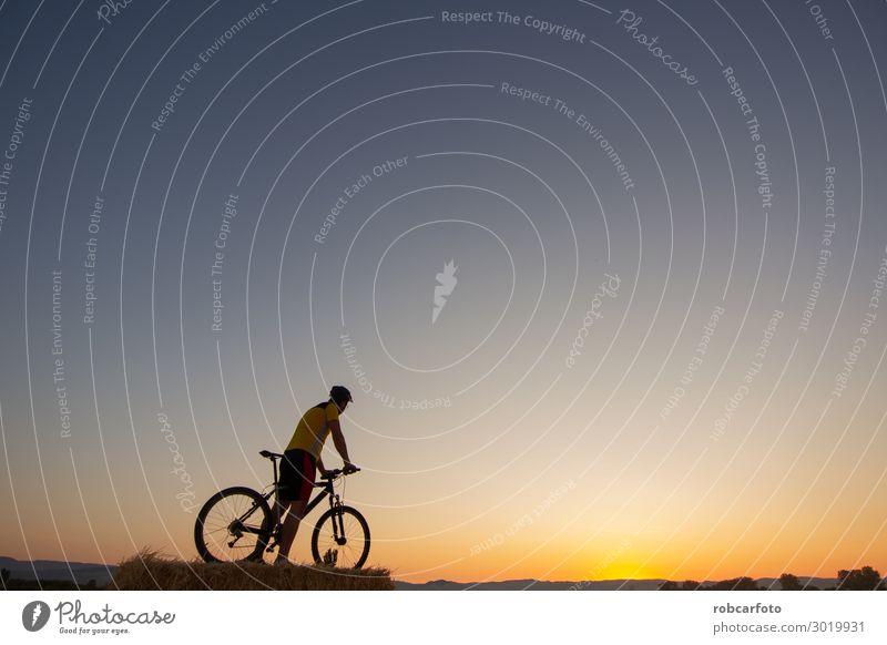 Mountainbike Lifestyle Erholung Abenteuer Sommer Sonne Berge u. Gebirge Sport Fahrradfahren Mann Erwachsene Natur Landschaft Himmel Felsen Wege & Pfade Bewegung