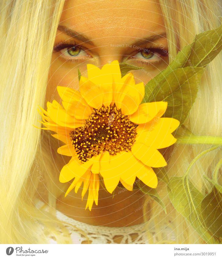 Durch die Blume Mensch feminin Junge Frau Jugendliche Erwachsene Gesicht 1 18-30 Jahre 30-45 Jahre Natur Sommer Haare & Frisuren blond gelb Sonnenblume Farbfoto