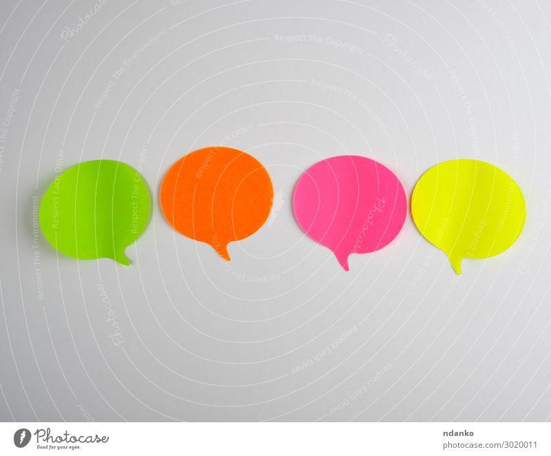 farbige Papieraufkleber auf weißem Hintergrund Büro Business sprechen Wolken Denken Kommunizieren außergewöhnlich grün rosa rot Farbe Idee Talkrunde Klebstoff