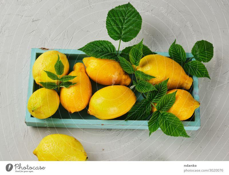 frische reife ganze gelbe Zitronen auf einem blauen Holzbrett Frucht Vegetarische Ernährung Diät Limonade Saft Sommer Tisch Natur Blatt natürlich saftig grau