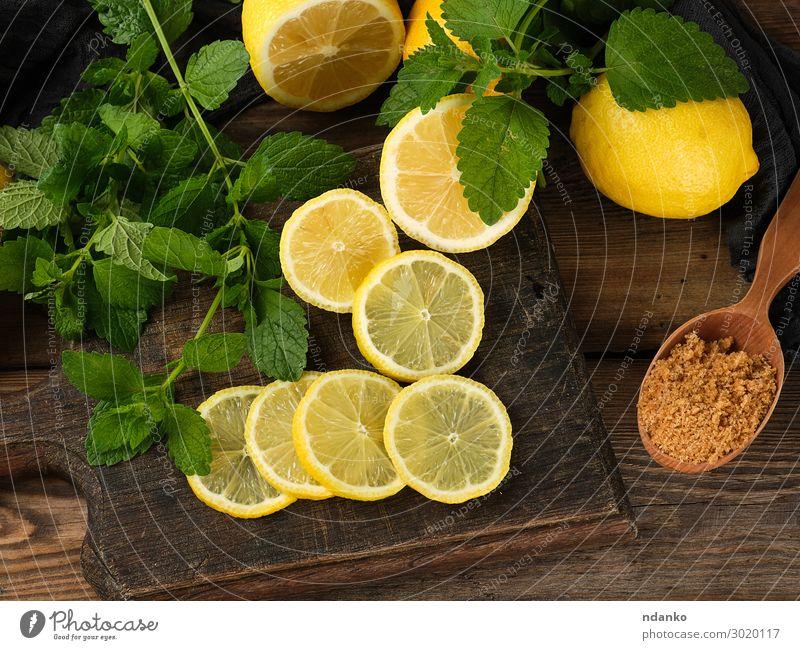 geschnittene gelbe Zitronen auf einem braunen Holzbrett Frucht Vegetarische Ernährung Diät Limonade Saft Löffel Sommer Tisch Natur Blatt Essen frisch natürlich