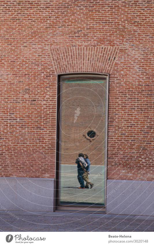 Just passing by Mensch Stadt Straße Architektur sprechen Wand Gebäude Mauer außergewöhnlich Stein Zusammensein braun Fassade Freundschaft Stimmung gehen