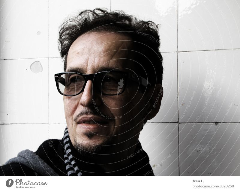 Aro Mensch Mann Erwachsene Kopf 1 45-60 Jahre Brille Schal schwarzhaarig Bart beobachten Erholung Blick authentisch einzigartig natürlich schön Freude