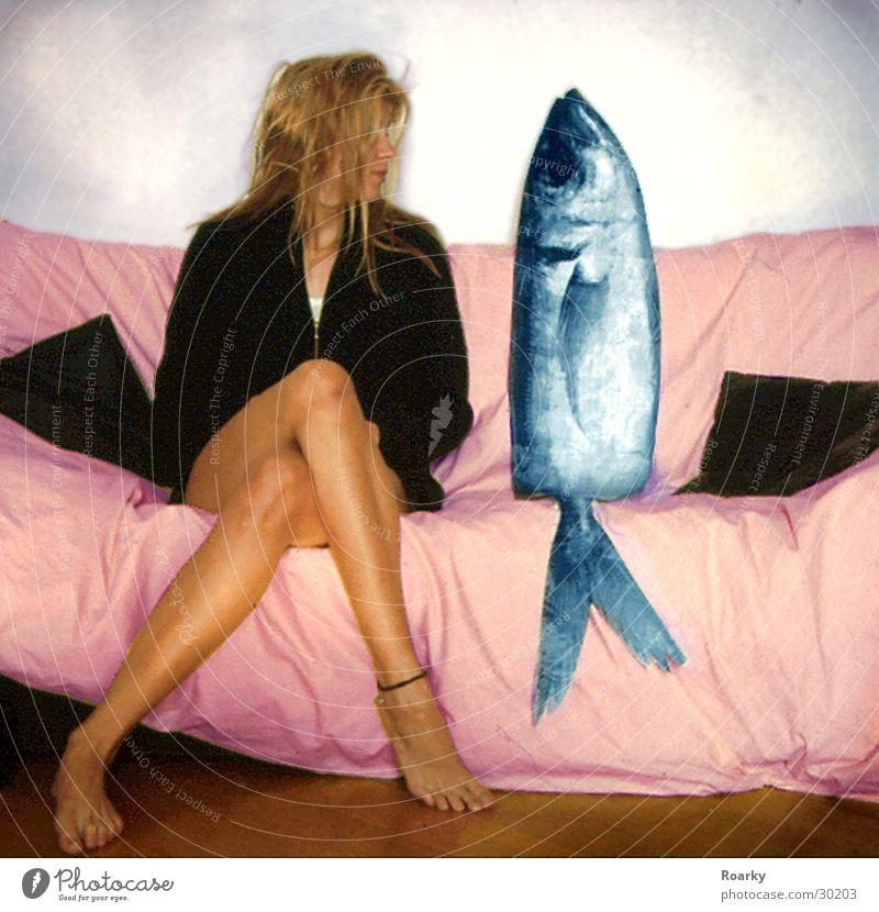 Date mit Fisch Frau Paar Beine paarweise Sofa Partner Mensch