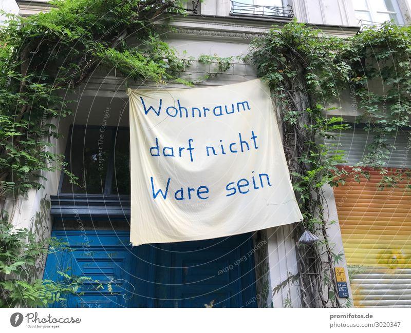 Mieterprotest: Wohnung darf keine Ware sein. Ferien & Urlaub & Reisen Tourismus Abenteuer Häusliches Leben Haus Hauptstadt Mauer Wand Fassade Tür Armut blau