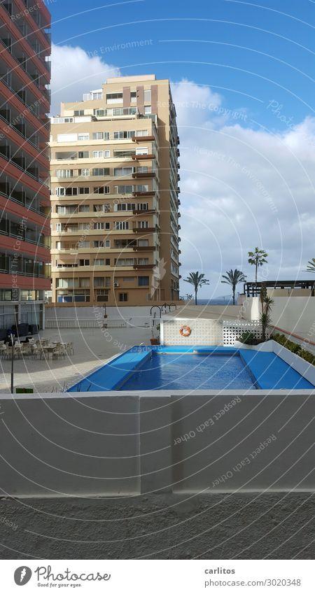 Der Pool ist cool Puerto de la Cruz Teneriffa Kanaren Hotel Bettenburg Schwimmbad Menschenleer Traurigkeit Ferien & Urlaub & Reisen Pauschalreise Hochhaus kahl