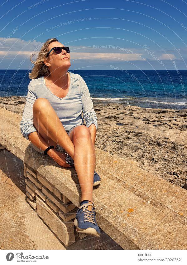 Tag am Meer Spanien Mallorca Frau Weiblicher Senior 60+ Küste Promenade Sonne Wind träumen genießen Freizeit & Hobby Freiheit Horizont Mauer Steinmauer