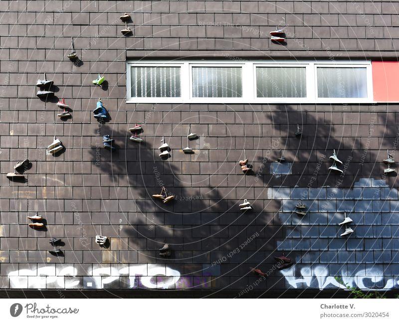 Luftig | Schuhgebammsel weiß rot Freude Fenster Graffiti Wand Mauer außergewöhnlich braun Fassade paarweise mehrere Schriftzeichen Schuhe Fröhlichkeit