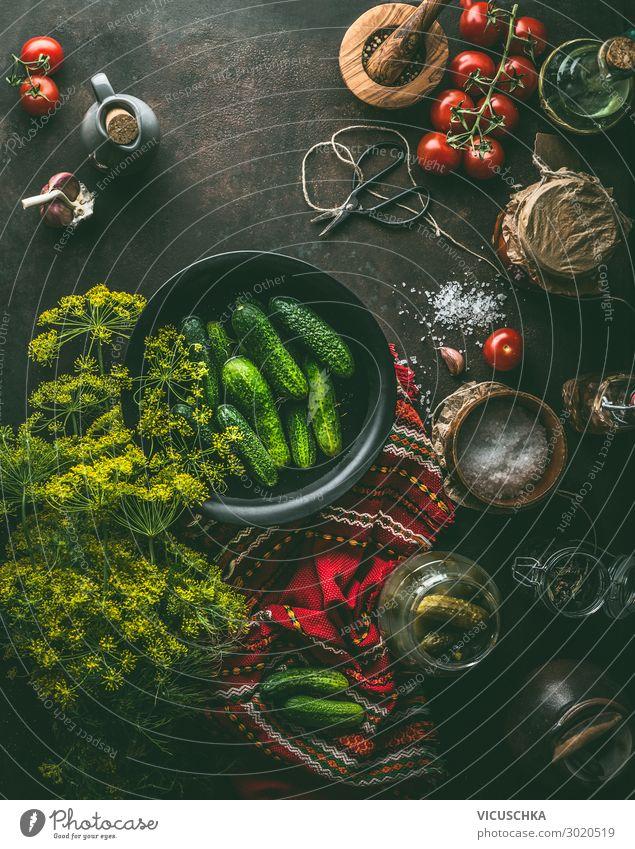 Gurken einlegen Zutaten auf dem Küchentisch Lebensmittel Gemüse Kräuter & Gewürze Ernährung Bioprodukte Vegetarische Ernährung Glas kaufen Stil Design Dill