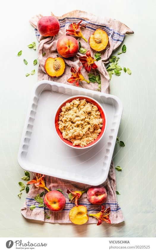 Pfirsiche, Backform und Mürbeteig Teig Lebensmittel Frucht Kuchen Ernährung Bioprodukte Geschirr Stil Häusliches Leben Design peaches baking pan shortbread