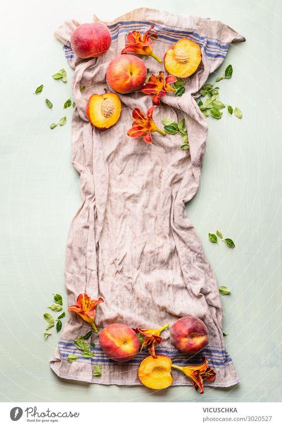 Ganze und halbe Pfirsiche auf Küchentuch mit Blättern Lebensmittel Frucht Ernährung Bioprodukte Vegetarische Ernährung Diät Stil Design Gesunde Ernährung Tisch