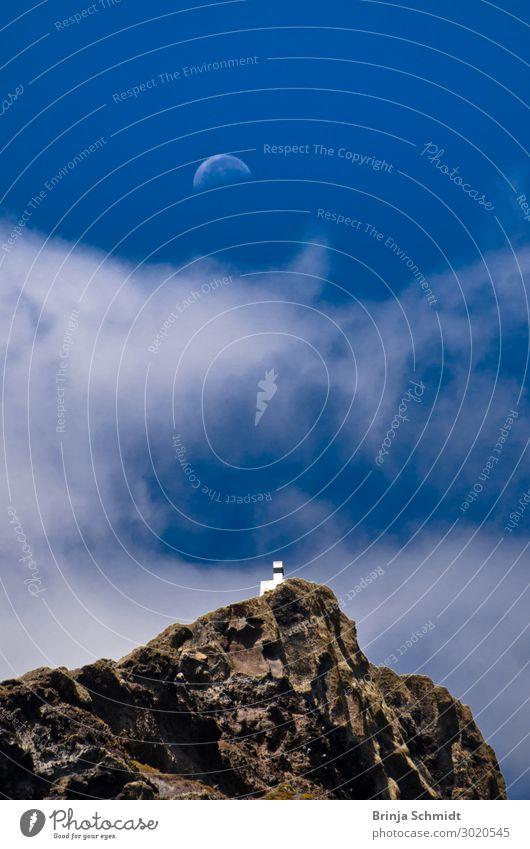 Mond über einem kleinen weißen Haus auf einer Klippe Ferien & Urlaub & Reisen Natur Sommer blau Meer Erholung Wolken ruhig Freude Ferne Berge u. Gebirge Gefühle