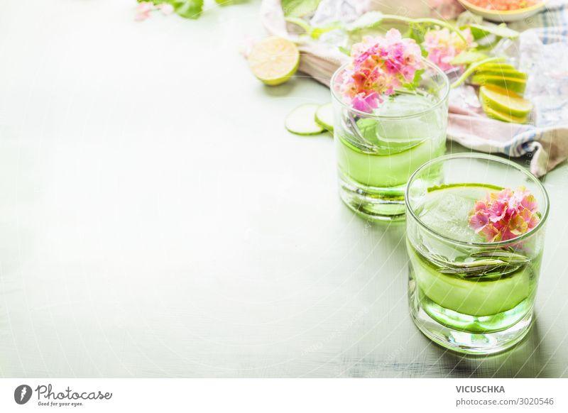 Grüne Sommer Getränke mit Eis Lebensmittel Ernährung Erfrischungsgetränk Trinkwasser Limonade Saft Longdrink Cocktail Glas Design Gesunde Ernährung Party