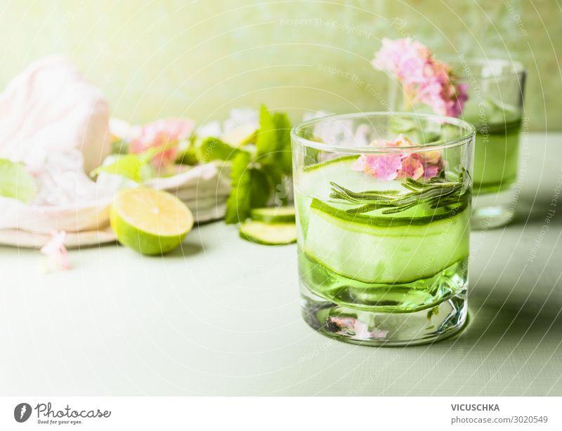Glas mit Erfrischungsgetränk. Grüne Gurke und Limette Limonade Lebensmittel Ernährung Getränk Saft Stil Design Gesunde Ernährung Sommer Tisch trendy grün