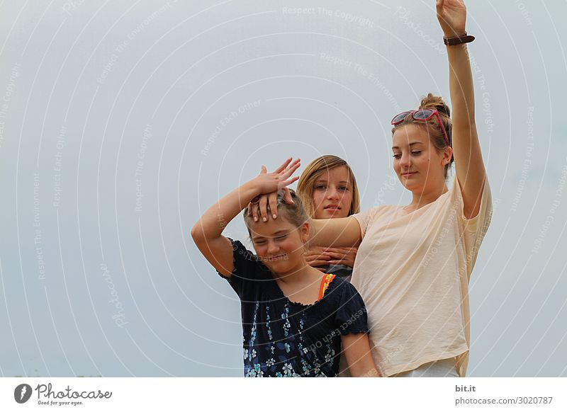 Drei Schwestern albern rum und machen Blödsinn. Kind Mensch Ferien & Urlaub & Reisen Jugendliche Junge Frau Freude Mädchen feminin Glück Spielen Zusammensein