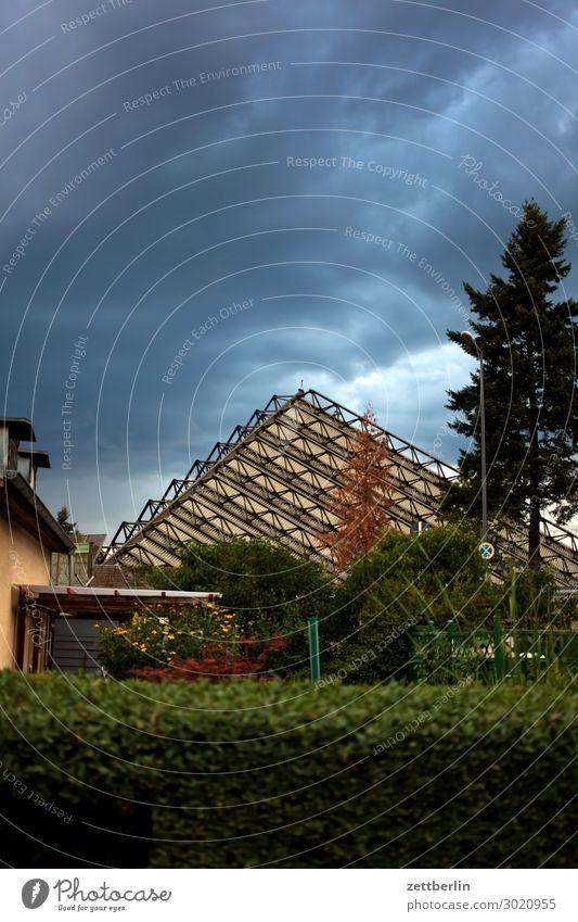 Pyramide Garten Himmel Himmel (Jenseits) Schrebergarten Kleingartenkolonie Menschenleer Natur Sommer Sträucher Textfreiraum Halle Lagerhalle Schallschutz