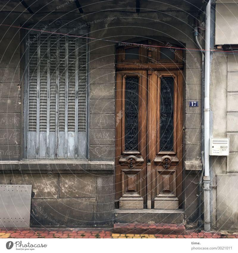 altehrwürdig Frankreich Altstadt Haus Mauer Wand Fassade Fenster Tür Eingang Fallrohr Fensterladen Leitung Treppenabsatz Hausnummer Briefkasten