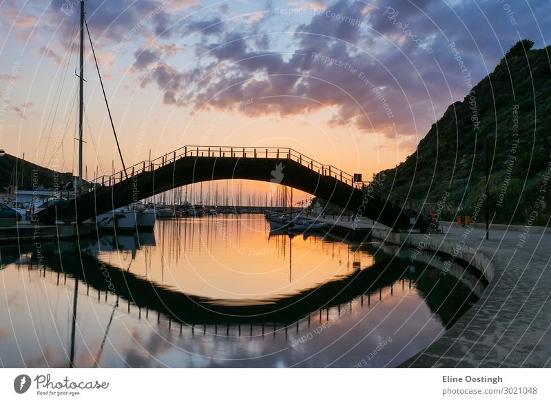 Brücke über Wasser. Castelsardo Sardinien Italien Hafen. Sonnenuntergang Reflexion Architektur Bucht Strand schön blau Boot Burg oder Schloss Großstadt Küste