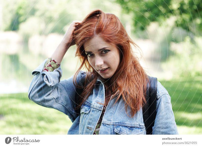 junge Frau spielt mit ihren Haaren und gibt einen schüchternen Blick. Lifestyle Freizeit & Hobby wandern Mensch feminin Junge Frau Jugendliche Erwachsene 1