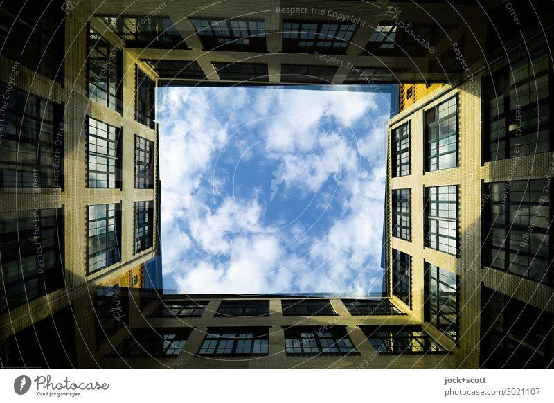 Hinterhof Duett Himmel Wolken Schönes Wetter Kreuzberg Gebäude Fassade Hof eckig groß historisch hoch Wärme Stimmung beweglich Ordnung Ferne Stil Symmetrie