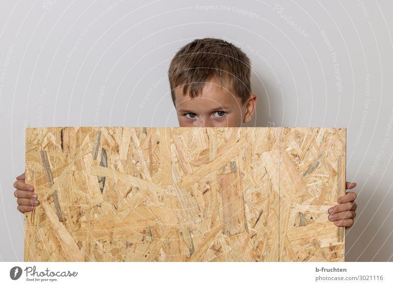 Kind hält Holzplatte Schulkind Baustelle Gesicht Finger 1 Mensch 3-8 Jahre Kindheit Schilder & Markierungen Arbeit & Erwerbstätigkeit gebrauchen festhalten