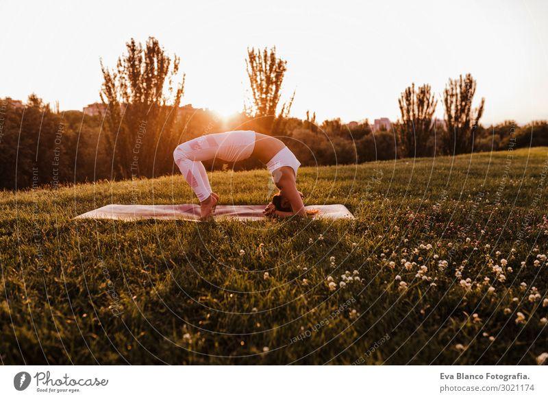 junge schöne asiatische Frau, die Yoga in einem Park bei Sonnenuntergang macht. Lifestyle Glück Körper harmonisch Erholung Meditation Freizeit & Hobby Sommer