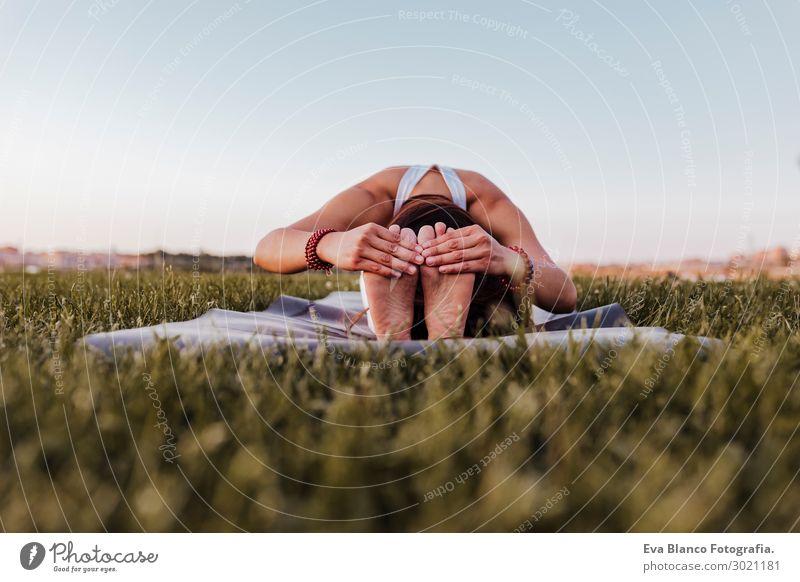 junge schöne asiatische Frau, die Yoga in einem Park bei Sonnenuntergang macht. Lifestyle Glück Körper harmonisch Erholung Meditation Sommer Musik Sport feminin
