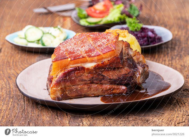 Schäufele mit Knödel Fleisch Mittagessen Bier Teller Besteck Gabel Oktoberfest Holz lecker grillen fränkisch Franken schaeufele bayerisch Braten Schweinefleisch