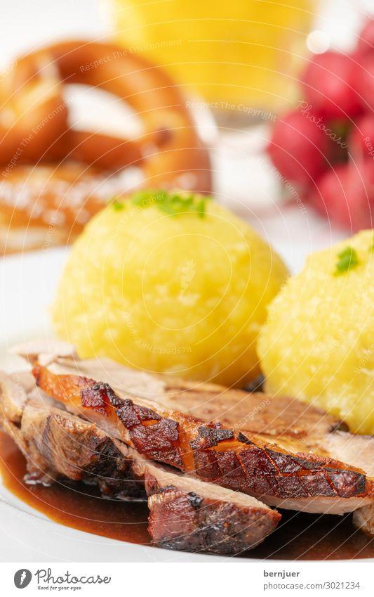 Schweinzi Fleisch Mittagessen Abendessen trinken Bier Teller Becher Stil Holz authentisch frisch lecker rot Schweinebraten Schweinsbraten Schweinefleisch