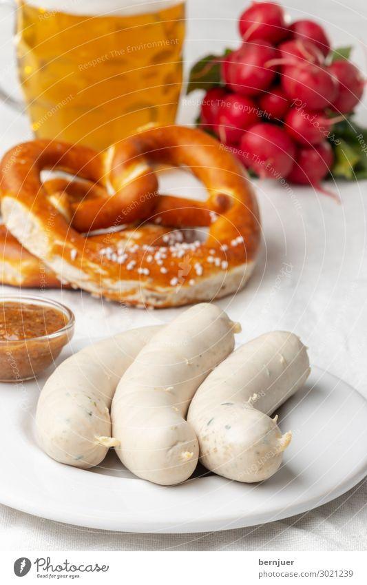 bayerische Weißwurst mit Brezel Wurstwaren Getränk Alkohol Bier Teller Oktoberfest Kultur Holz weiß Tradition Deutsch Mahlzeit München süß Küche Essen Senf